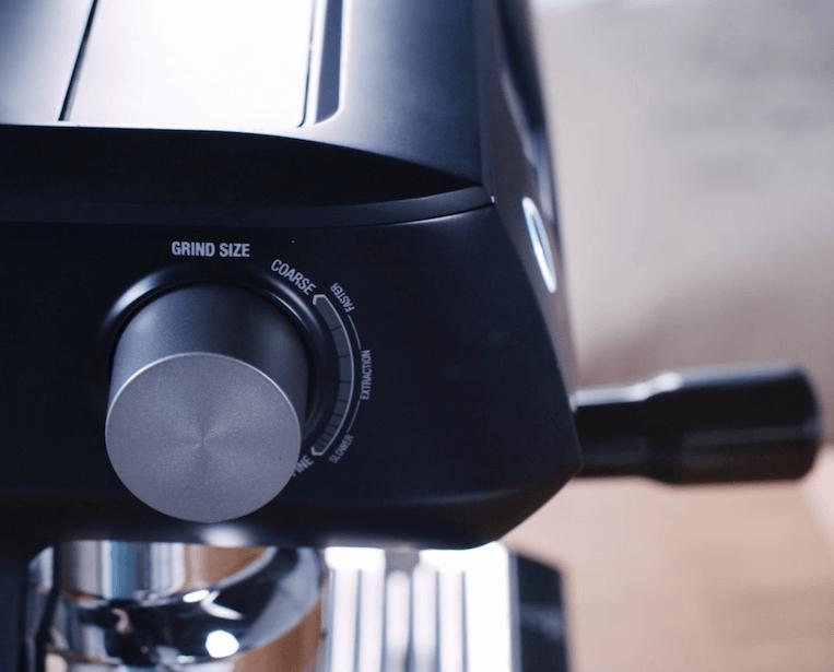 Sage Oracle Touch Siebträgermaschine mit Milchkännchen und Milchschaum