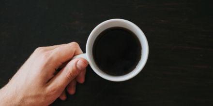 Schwarzer Kaffee in Porzellantasse