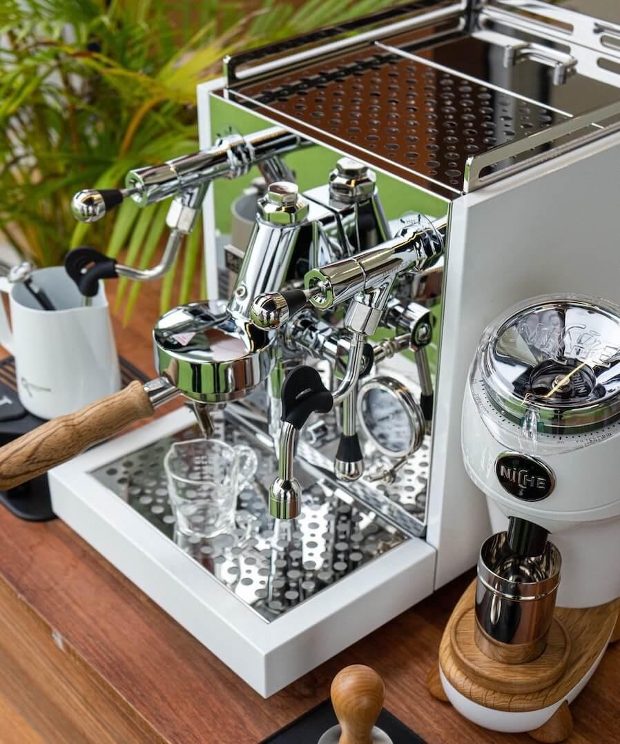 Siebträgermaschine Zweikreiser neben Kaffeemühle