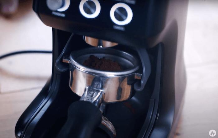 Kaffeebohnen werden beim Sage Smart Grinder Pro in Siebträger gemahlen