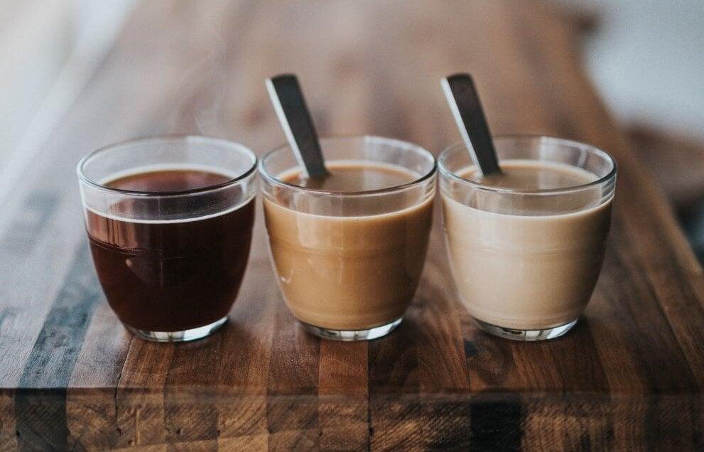 Koffeinfreier Kaffee in Gläsern