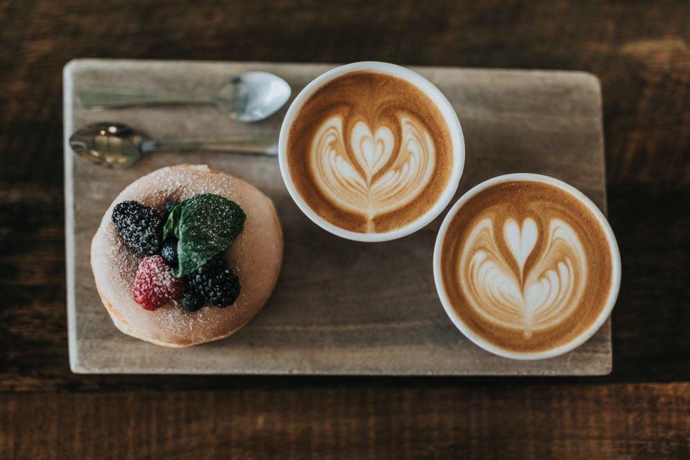 Koffeinfreier Kaffee mit Gebäck