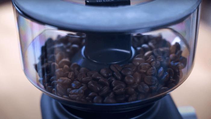 Sage Smart Grinder Pro Kaffeemühle Bohnenbehälter mit Kaffeebohnen
