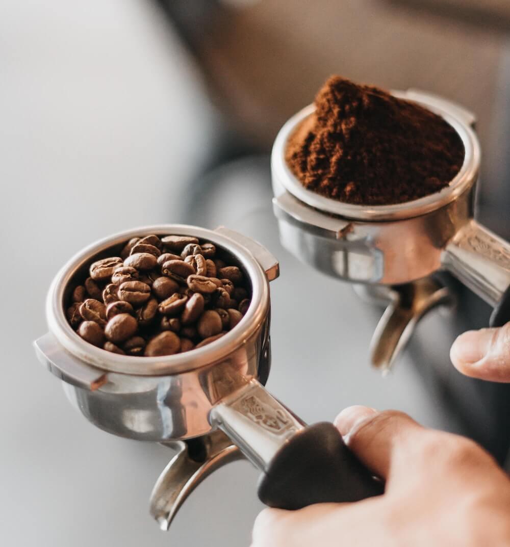 lose Kaffeebohnen und gemahlener Kaffee in Siebträgerhalter