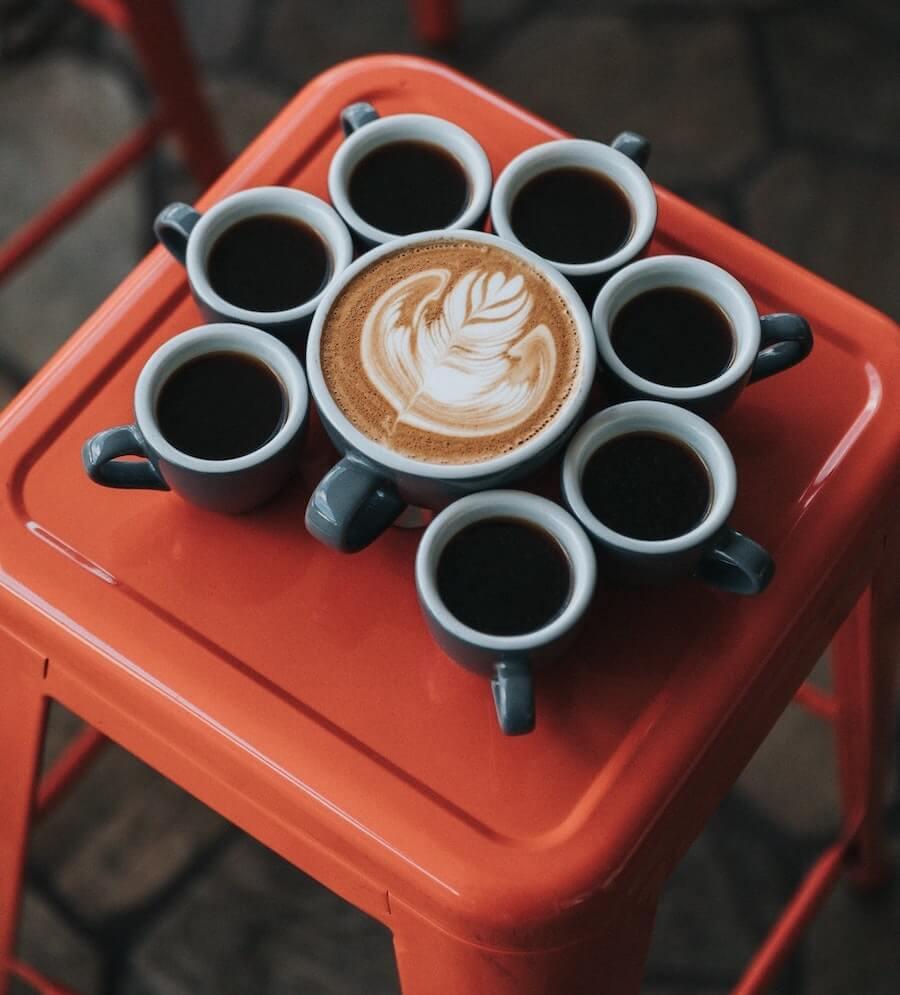 Cappuccino und Espresso auf Hocker