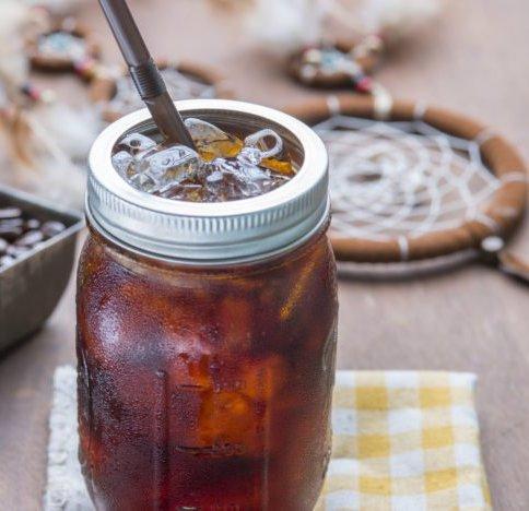 Cold Brew in Glas mit Eiswürfeln