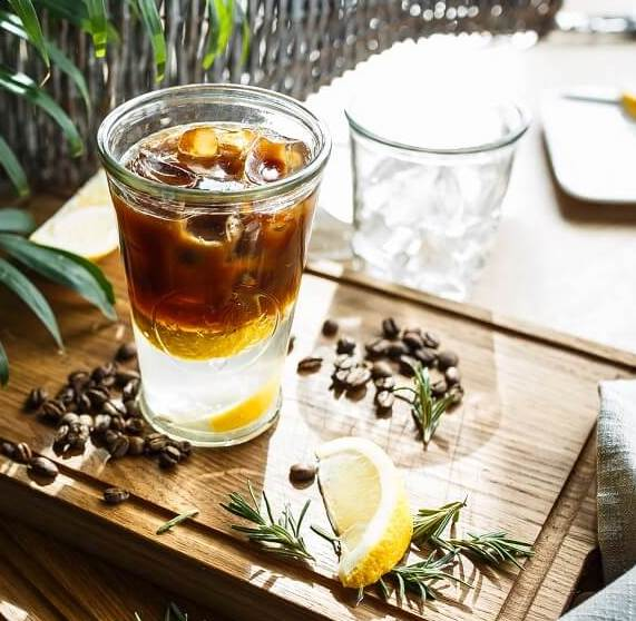 Espresso Tonic in Glas auf Tisch