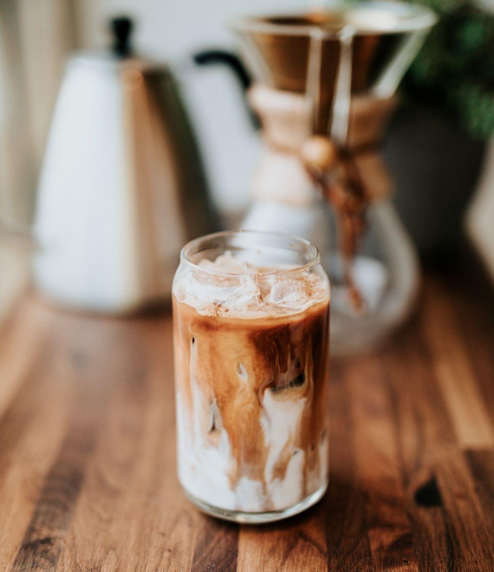 Eiskaffee auf Tisch
