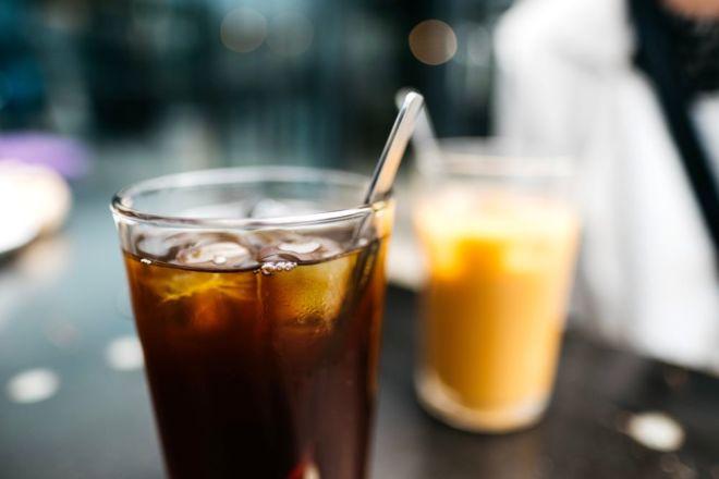 Espresso Tonic mit Eiswürfeln