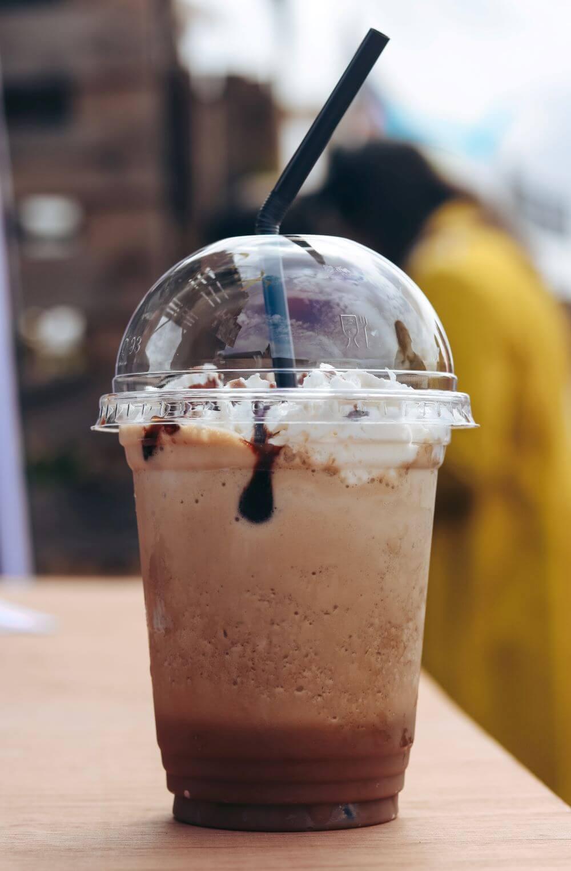 Frappuccino mit Strohhalm