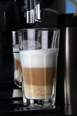 Latte Macchiato aus einem DeLonghi Kaffeevollautomaten