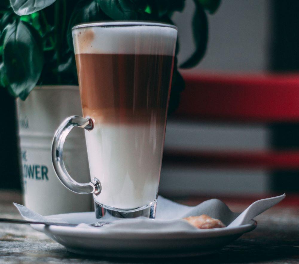 Latte Macchiato mit Gebäck