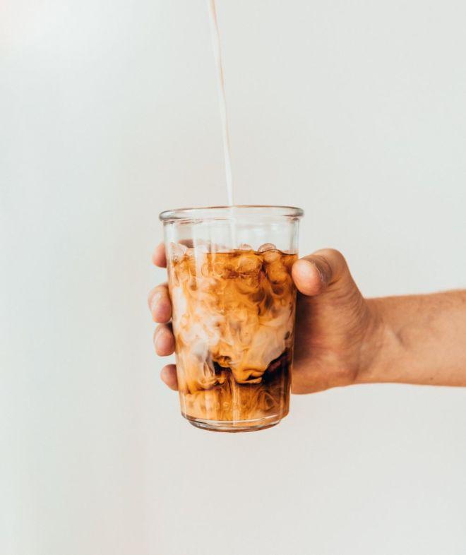 Mann hält Eiskaffee in seiner Hand