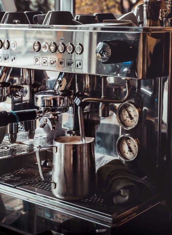 Milch aufschäumen für Cappuccino Zubereitung