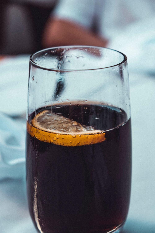 Alkoholfreier Kaffee-Cocktail mit Cola