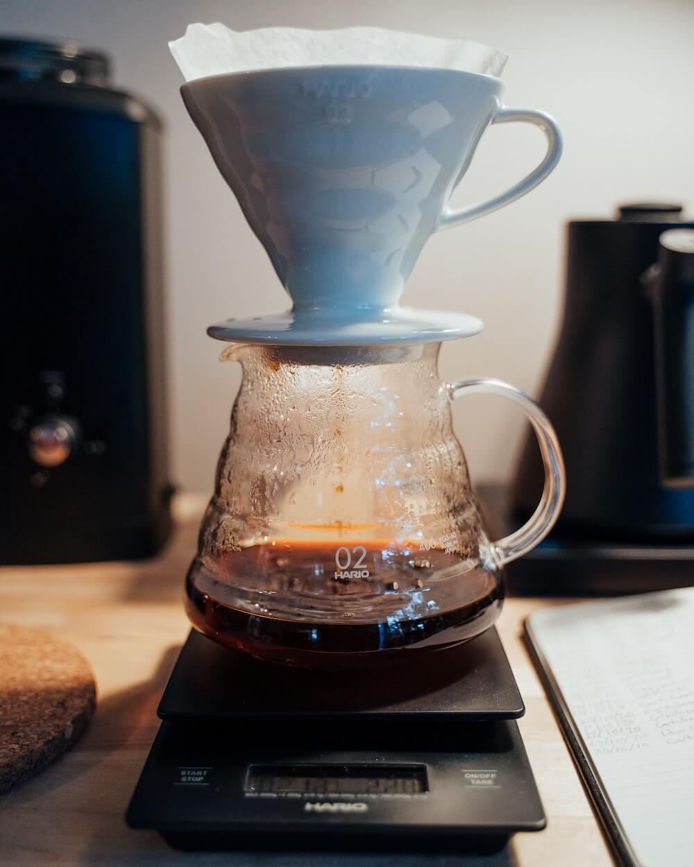 Handfilter aus Porzellan mit Kaffeewaage